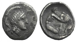 Southern Apulia, Tarentum, c. 325-280 BC. AR Diobol (11mm, 0.98g, 6h). Head of Athena r., wearing crested helmet decorated with wreath. R/ Herakles st...