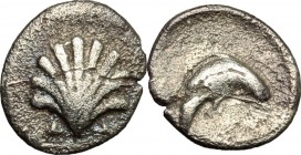 Greek Italy. Southern Apulia, Tarentum. AR Litra, 325-280 BC. D/ Shell. R/ Dolphin right. HN Italy 979. AR. g. 0.62 mm. 10.50 VF.