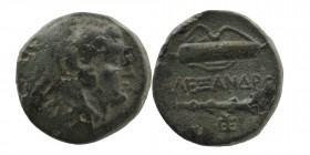 Kings of Macedon. Alexander III 'the Great' (336-323). Ae. Obv: Head of Herakles right, wearing lion's skin. Rev: Club and bow in bowcase. 6,03 gr. 17...